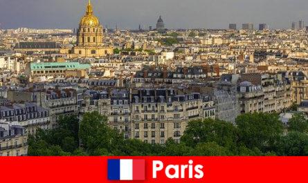 Οι τουρίστες αγαπούν το κέντρο της πόλης του Παρισιού με τις εκθέσεις και τις γκαλερί τέχνης