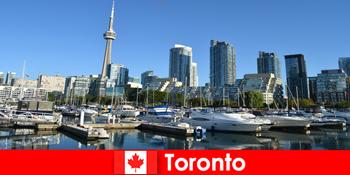 Το Τορόντο στον Καναδά είναι μια σύγχρονη μητρόπολη δίπλα στη θάλασσα πολύ δημοφιλής για τους τουρίστες της πόλης