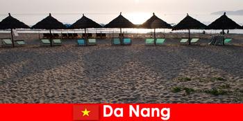 Πολυτελή θέρετρα σε όμορφες αμμώδεις παραλίες για παραθεριστές στο Da Nang Vietnam
