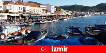 Δραστήριοι ταξιδιώτες μετακινούνται μεταξύ πόλης και παραλίας στη Σμύρνη Τουρκία