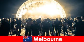 Ξένοι παρακολουθούν τις δωρεάν υπαίθριες συναυλίες στη Μελβούρνη της Αυστραλίας κάθε χρόνο