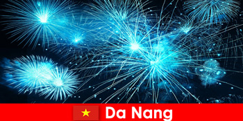 Δεδομένου ότι οι τουρίστες του Nang Vietnam βιώνουν εκπληκτικές επιδείξεις φωτιάς στο δείπνο