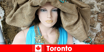 Οι επισκέπτες θα βρουν όλα τα είδη ιδιόμορφων καταστημάτων στο κοσμοπολίτικο κέντρο του Τορόντο του Καναδά