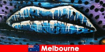 Οι ταξιδιώτες θαυμάζουν τις παγκοσμίου φήμης τέχνες του δρόμου της Μελβούρνης αυστραλία