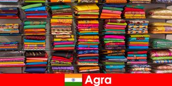 Τουριστικά γκρουπ από το εξωτερικό αγοράζουν φθηνά μεταξωτά υφάσματα στην Άγκρα Ινδίας