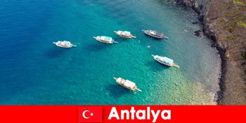 Τουρίστες χρησιμοποιούν την τελευταία φορά ηλιοφάνειας για διακοπές στην Αττάλεια Τουρκία